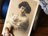 アンティークポストカード 女性と白い猫